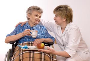 Imfermiera con signora anziana